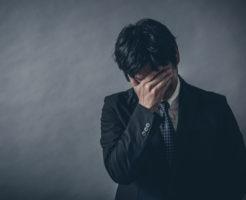 恋愛と仕事で悩む男性